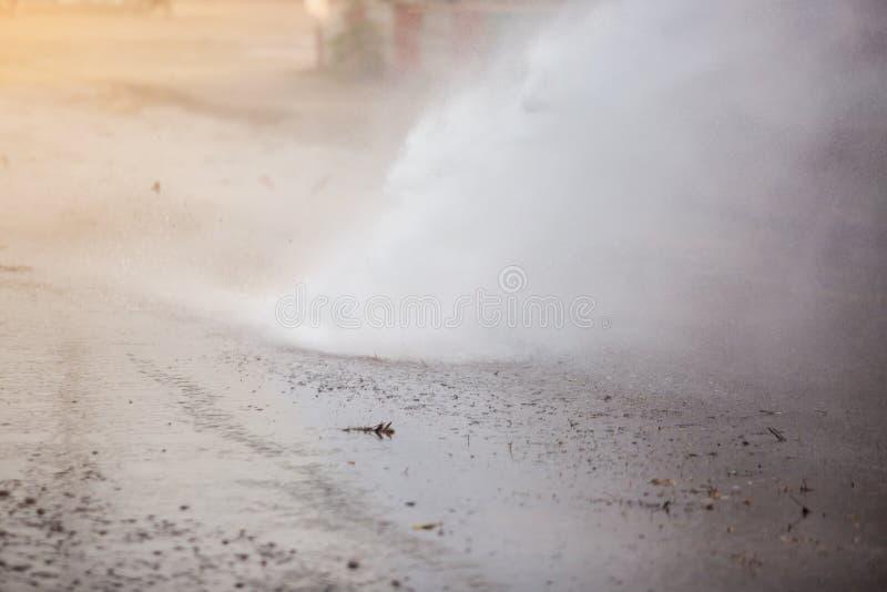 Pulverizador de água à estrada de limpeza para a prevenção da poeira fotografia de stock