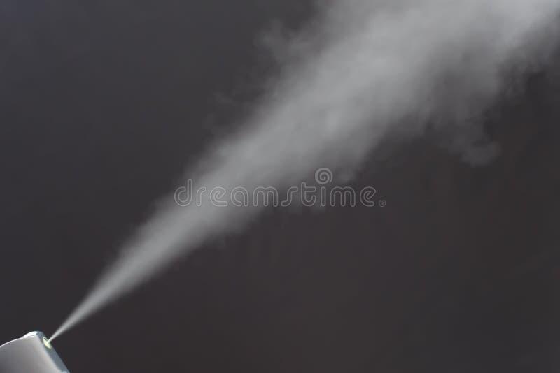 Pulverizador do desodorizante no fundo cinzento fotos de stock