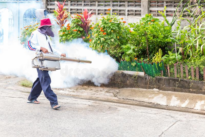 Pulverizador do mosquito do controle do homem que mata insetos e que enevoa-se para eliminar o mosquito para impedir o vírus espa foto de stock royalty free
