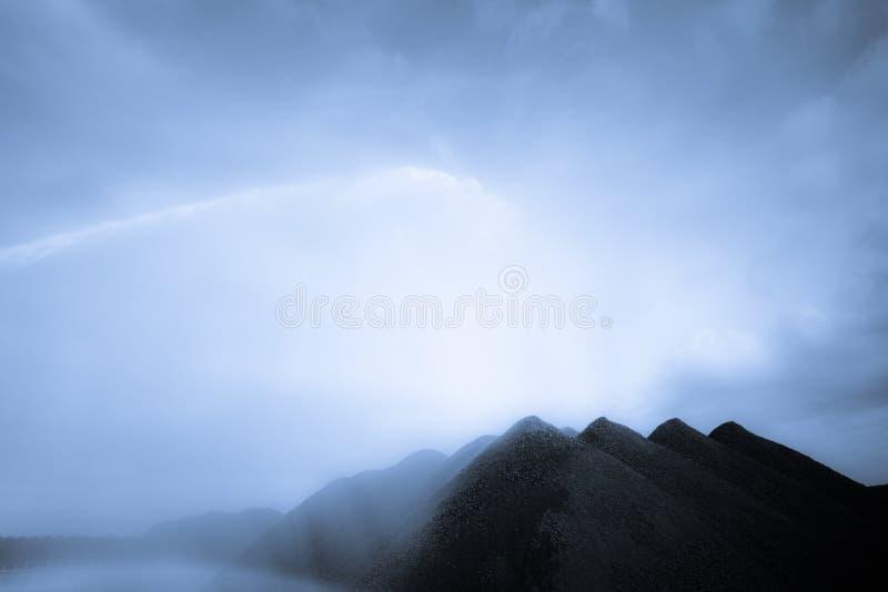 Pulverizador retroiluminado nas pilhas de carvão - DSC1455 imagens de stock royalty free