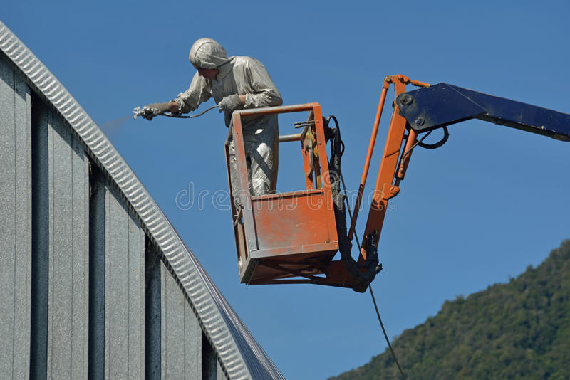 Pulverizando o telhado imagens de stock