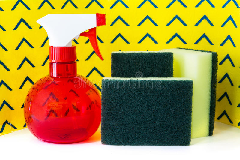 Pulverize esponjas do purificador da garrafa e guardanapo amarelos da limpeza imagens de stock