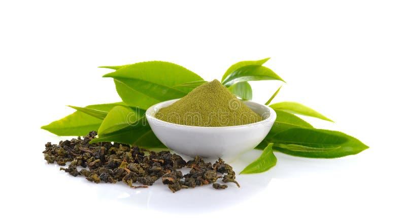 Pulverize o chá verde e a folha de chá verde no branco foto de stock royalty free