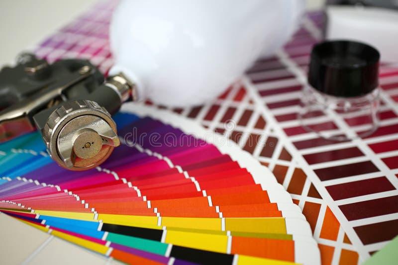 Pulverizer лежа вниз на палитрах теста цвета стоковая фотография