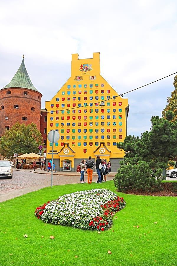 Pulverturm und Jacob Barracks-Gebäude, das Wappen für lettische Gemeinden, Tornu-Straße, alte Stadt, Riga zeigt stockbilder