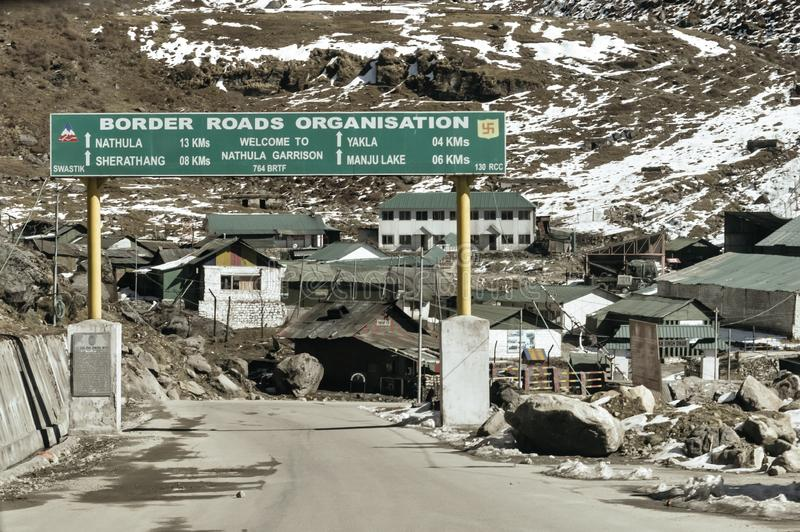 Pulwama Jammu Srinagar National Highway, Indien 14 Februari 2019: Sikt av den tomma indiska boardervägen, efter du anfallas av me fotografering för bildbyråer