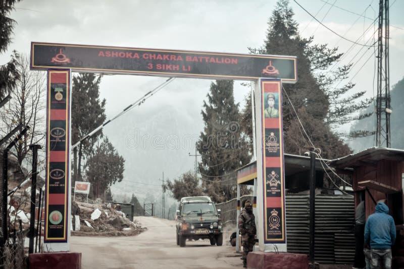 Pulwama, Jammu Srinagar National Highway, la India 14 de febrero de 2019: Poste indio después de atacado por el terrorista suicid imagen de archivo libre de regalías