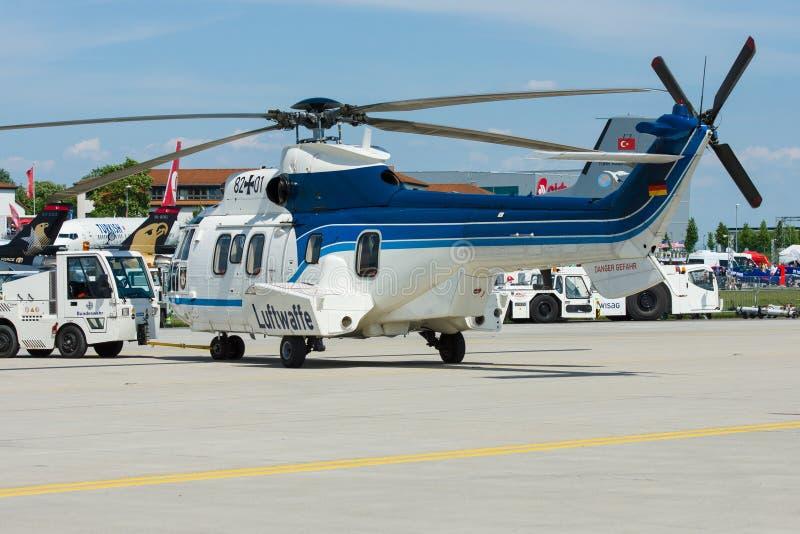 Puma para uso general medio de Eurocopter AS532 del helicóptero foto de archivo libre de regalías