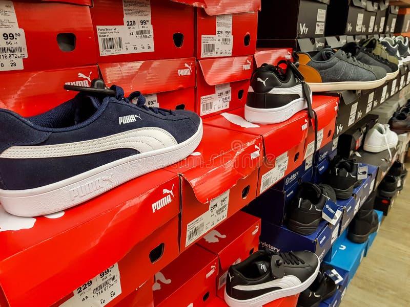 Puma sporta buty w rzędzie na lokalnym sklepie obraz royalty free