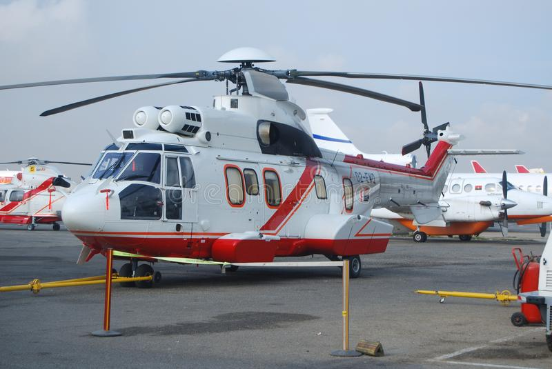 Puma superbe L2 d'hélicoptère angolais étant prêt pour le vol au gisement de pétrole en mer photo libre de droits