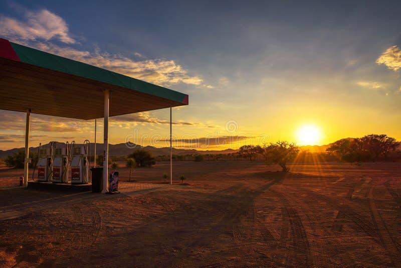 PumaTankstelle gelegen auf einem Schotterweg in der Namibischen Wüste bei Sonnenaufgang stockfotografie