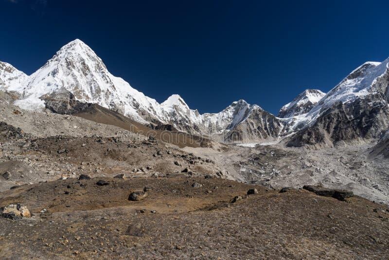 Pumori bergmaximum och Himalaya bergområde, Everest regio arkivfoto