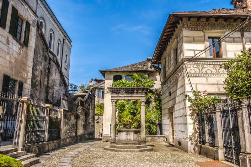 Pump Piedmont Novara Italien för by för brunn för vatten för Orta San Giulio domstolgränd royaltyfria bilder
