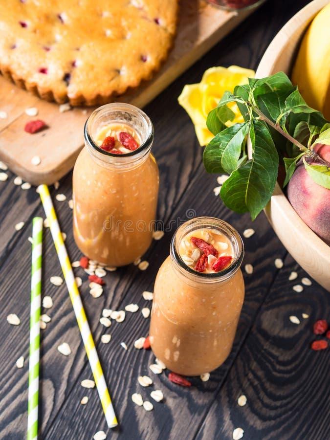 Pumpa-, banan- och persikasmoothie arkivfoto