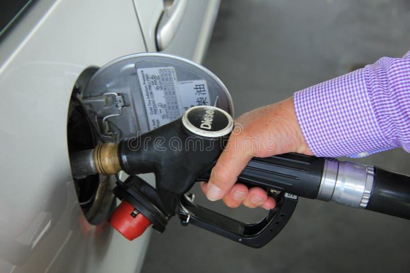 Pumpa gas på en bensinstation royaltyfria bilder