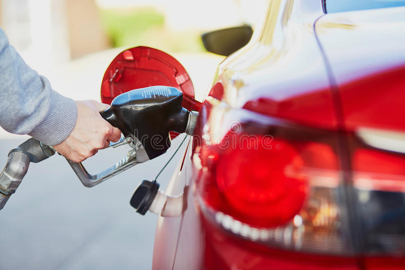 Pumpa gas på gaspumpen royaltyfri bild
