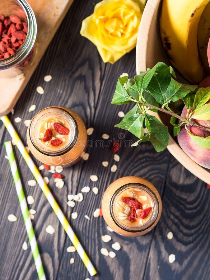 Pumpa- och banansmoothie med goji vertikalt fotografering för bildbyråer