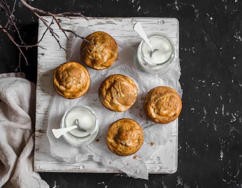 Pumpa- och gräddostvirvelmuffin och grekisk yoghurt Läcker frukost eller mellanmål På en mörk bakgrund bästa sikt arkivbilder