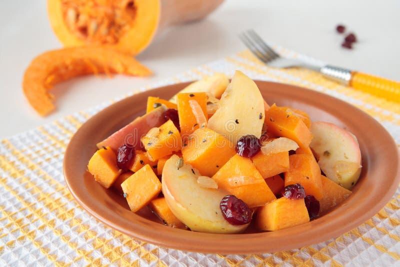 Pumpa som lagas mat med äpplen och torkade cranberries royaltyfria bilder
