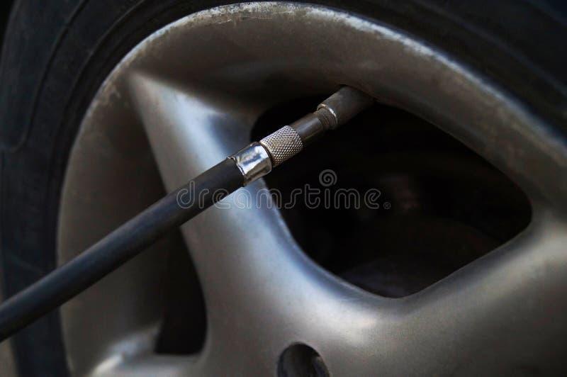 Pumpa system f?r hjulluft arkivbild