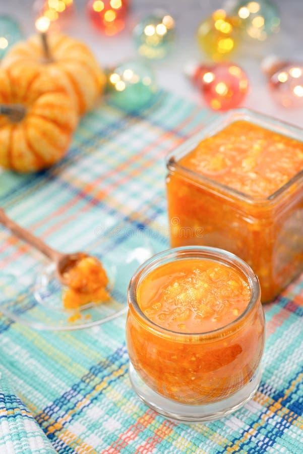 Pumpadriftstopp eller confiture på ett hemtrevligt köksbord höstbakgrundscloseupen colors orange red för murgrönaleaf Selektivt f royaltyfria bilder