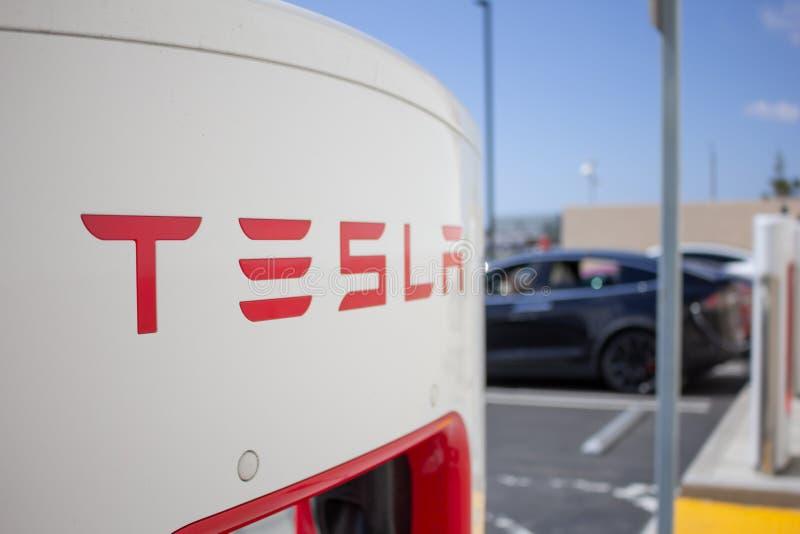 Pumpar för Tesla uppladdningsstation arkivbilder