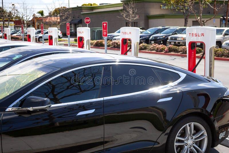 Pumpar för Tesla uppladdningsstation arkivfoto