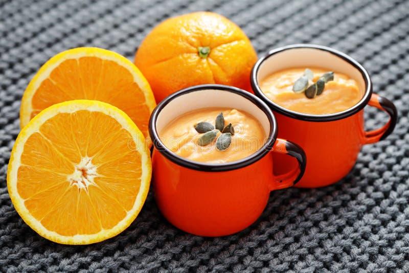 Pumpasoppa med apelsinen royaltyfri bild