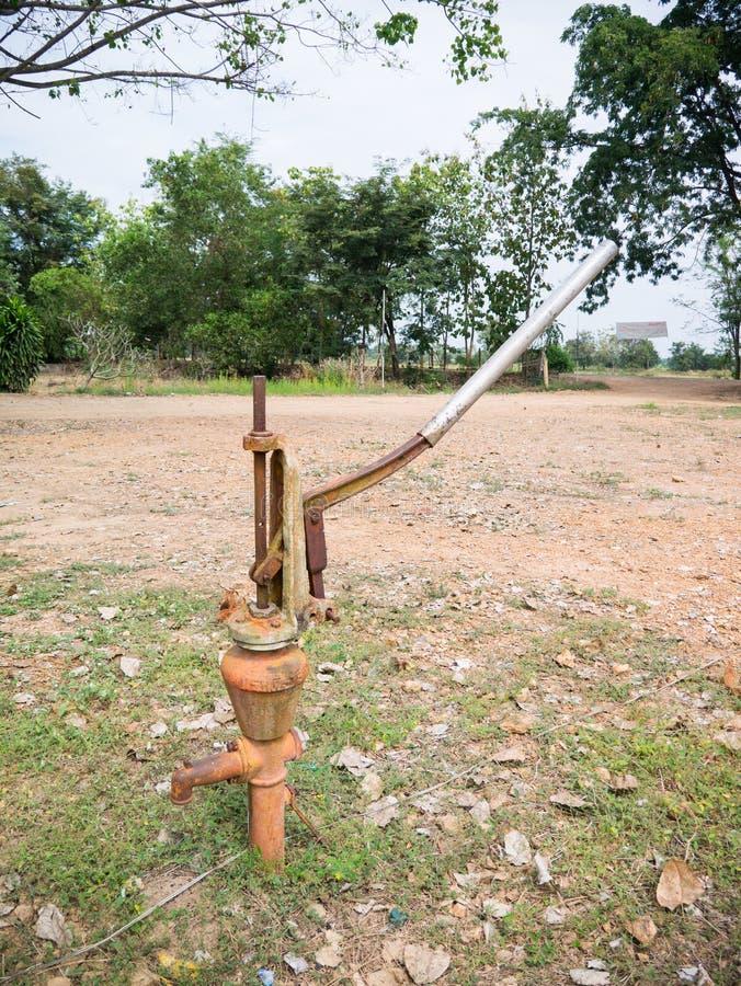 Pumpe der eisernen hand stockbild bild von drau en wasser 36132623 - Hand wasserpumpe garten ...
