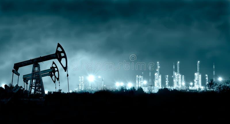 Pumpensteckfassung und grangemouth Raffinerie nachts. lizenzfreie stockfotos