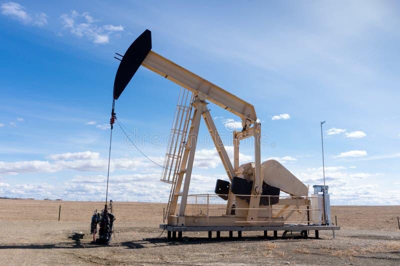Pumpjack in ländlichem Alberta, Kanada lizenzfreies stockbild