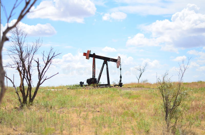 Pumpjack no campo fotografia de stock royalty free
