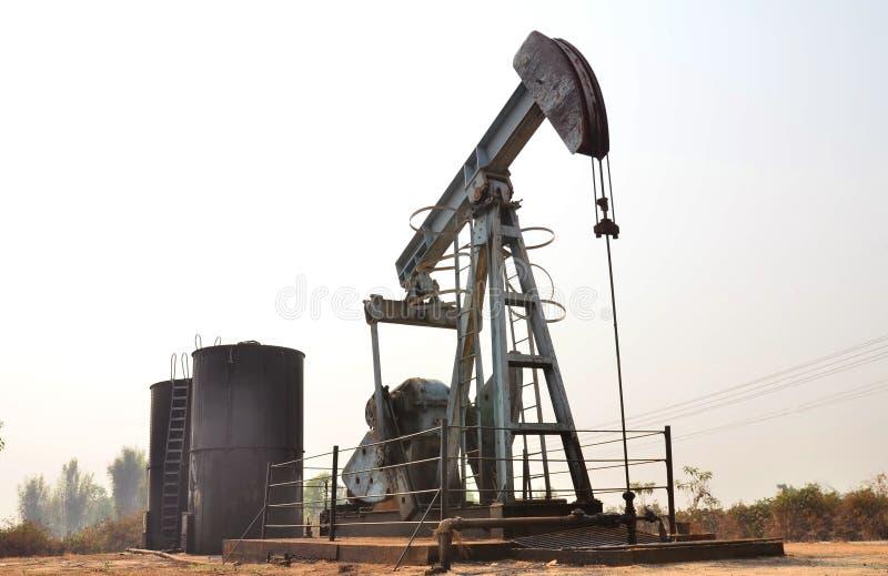 Pumpjack pompuje ropę naftową od szybu naftowego zdjęcie stock