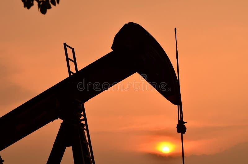 Pumpjack som pumpar råolja fotografering för bildbyråer