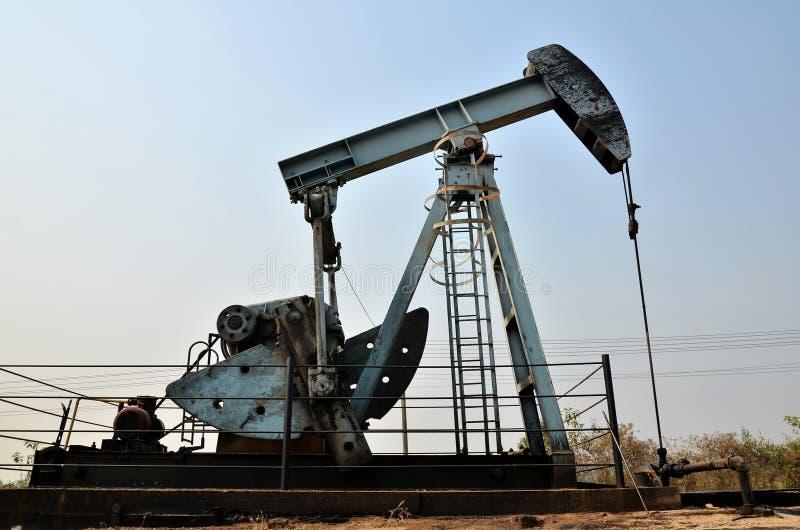 Pumpjack som pumpar råolja från den olje- brunnen royaltyfri foto