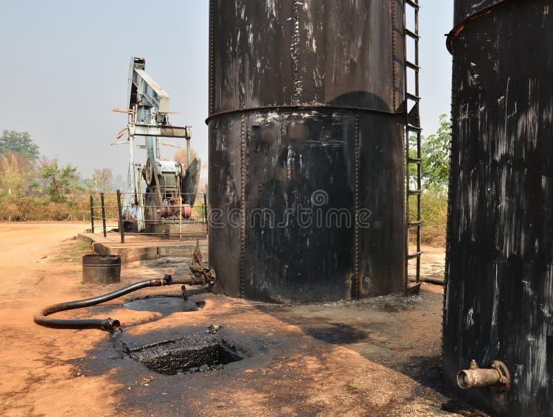 Pumpjack som pumpar råolja från den olje- brunnen royaltyfri fotografi