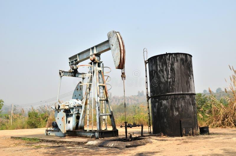 Pumpjack som pumpar råolja från den olje- brunnen royaltyfria bilder