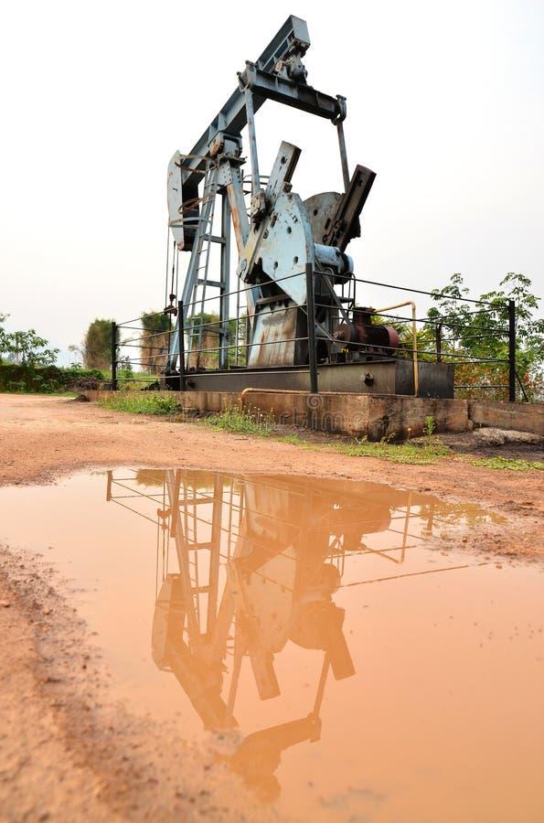 Pumpjack som pumpar råolja från den olje- brunnen arkivfoto