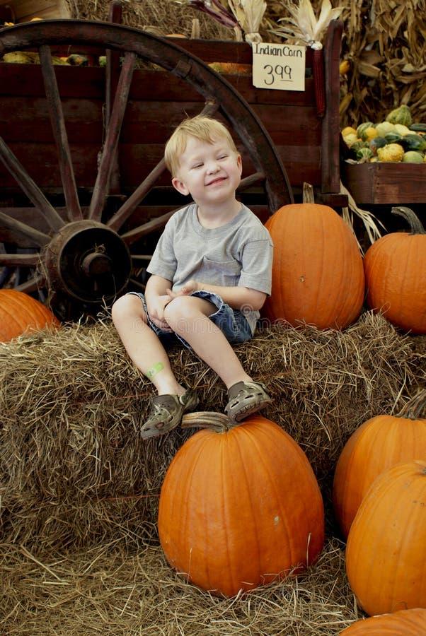 Pumpkin_boy lizenzfreies stockfoto