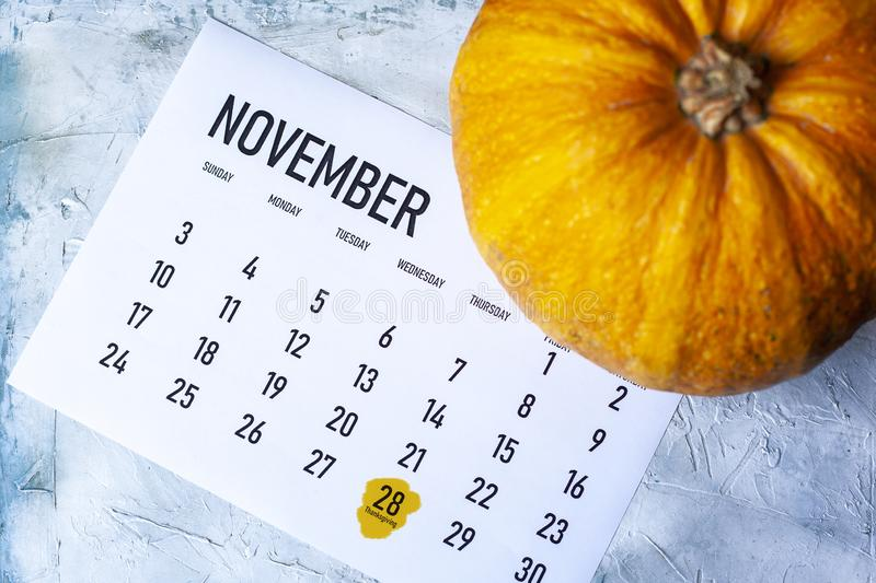 Pumpkin den 1 november 2019 kalender med Thanksgiving-dag markerad royaltyfria foton