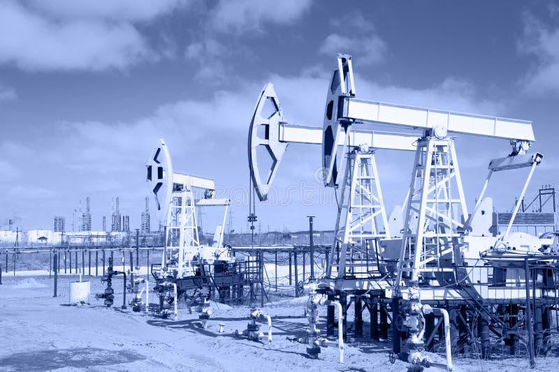 Pumpstålar på en oljefält arkivfoto