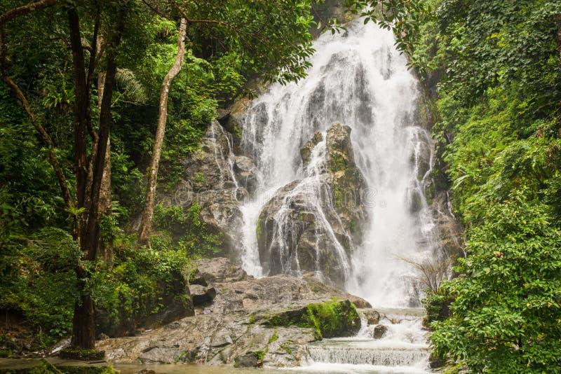 Pun Ya Ban Waterfall en el parque nacional de Lamnam Kra Buri en Ranong, imagen de archivo libre de regalías