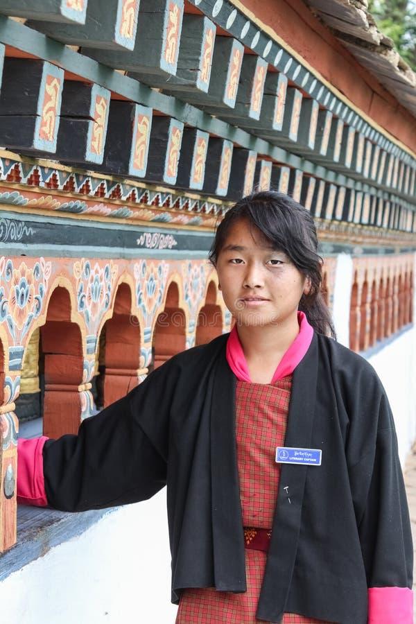 Punakha,不丹- 2016年9月11日:传统礼服的不丹文艺上尉女孩在Chimi Lhakhang修道院里在不丹 免版税库存图片