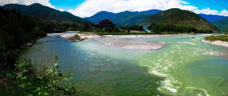 Punakha Dzong, de oude hoofdstad van Bhutan, bij de samenloop van Pho Chu en Mo Chu-rivieren royalty-vrije stock afbeelding
