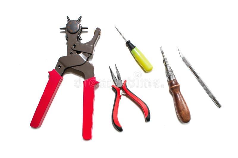 Puncher, Ahle, Zangen, Skalpell, Kerbe lokalisiert auf weißem Hintergrund lizenzfreie stockbilder