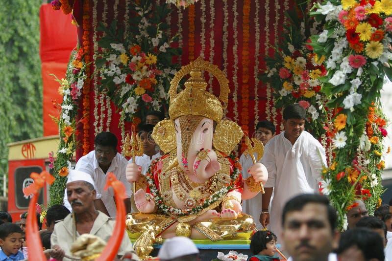PUNE, INDE, octobre 2016, les gens et passionné avec l'idole de Ganesh pendant le cortège images stock
