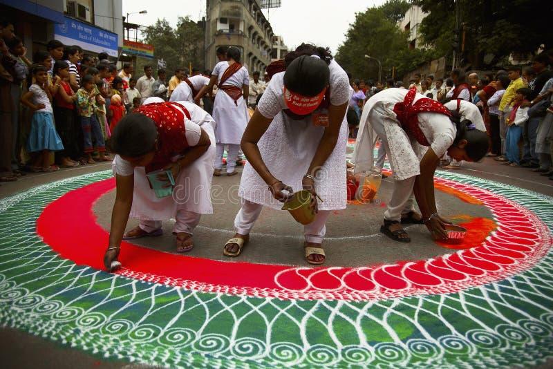 PUNE INDIEN, Augusti 2006, Grils teckningsrangoli under Ganesh Festival royaltyfri foto