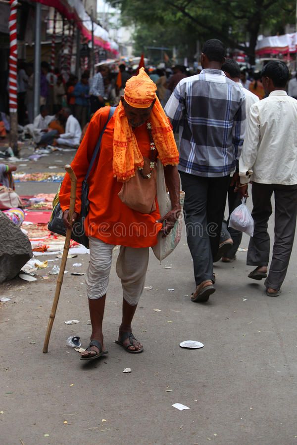 Pune, la India - 11 de julio de 2015: Un viejo peregrino conocido como warkari wal imagenes de archivo