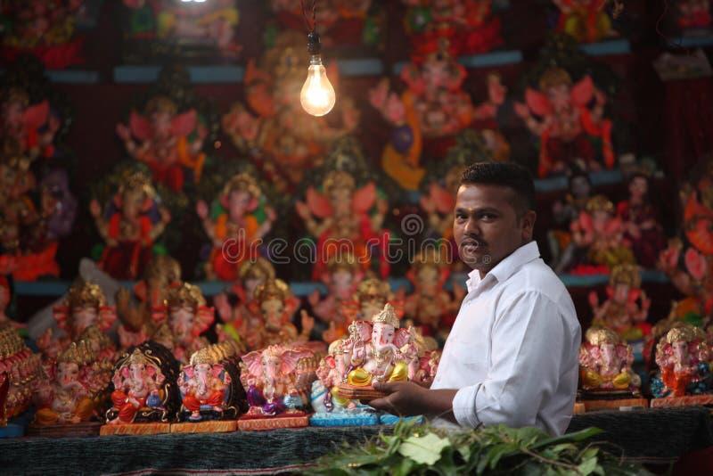 Pune, la India - 16 de septiembre de 2015: Un hombre que vende el ídolo de Lord Ganesh imagenes de archivo