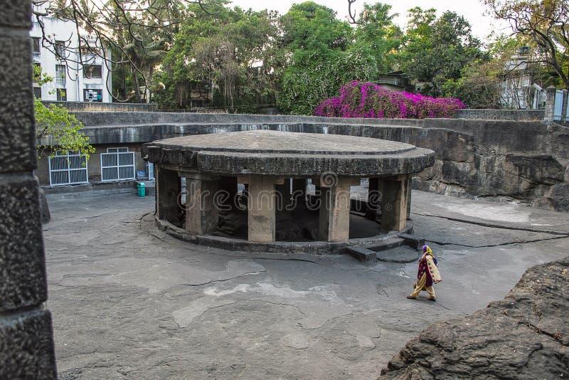 PUNE, MAHARASHTRA, ÍNDIA, em abril de 2017, caminhada do devoto no templo da caverna de Pataleshwar fotografia de stock